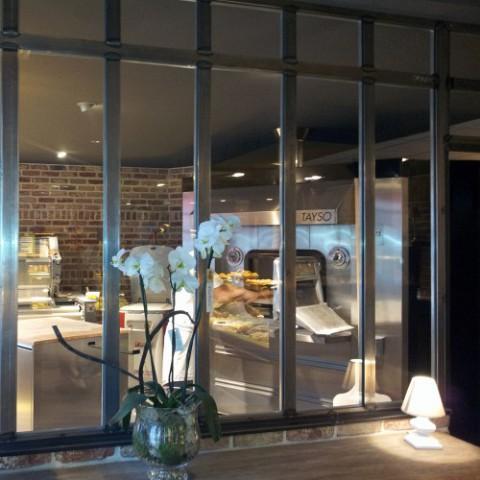 Pose de s parations vitr es cloisons en verre sur mesure for Paroi vitree style atelier