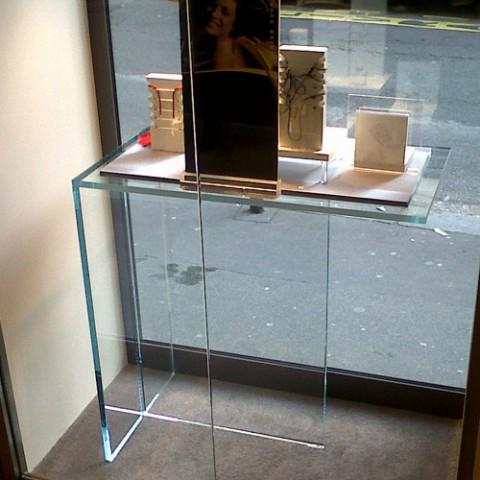 conception pose et assemblage d 39 une vitrine d 39 exposition en verre sur mesure villeneuve d. Black Bedroom Furniture Sets. Home Design Ideas